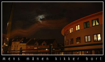 Mens månen kikker bort..